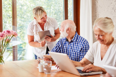 social worker helps seniors in the computer course